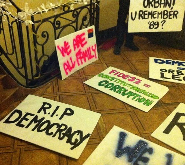 Protestborden voor de demonstratie in Brussel. Photo: ps://www.facebook.com/#!/freepresshun?fref=ts